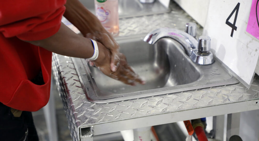 Imagen oficial difundida por la CBP que muestra las condiciones de vida de los niños migrantes detenidos en la instalación de Donna, Texas.