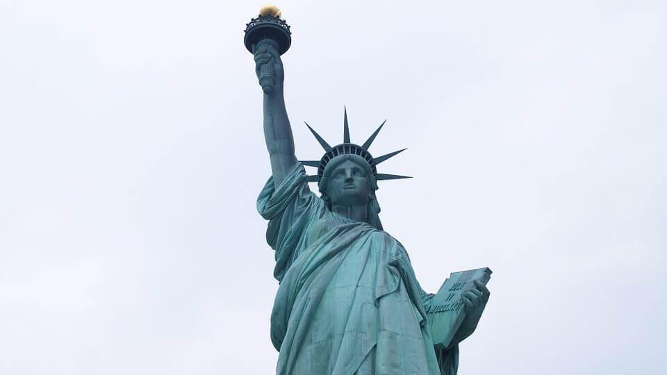 La imagen muestra a la Estatua de la Libertad de los Estados Unidos - Este artículo habla acerca de la aprobación de la Dream Act 2021 en la Cámara baja.