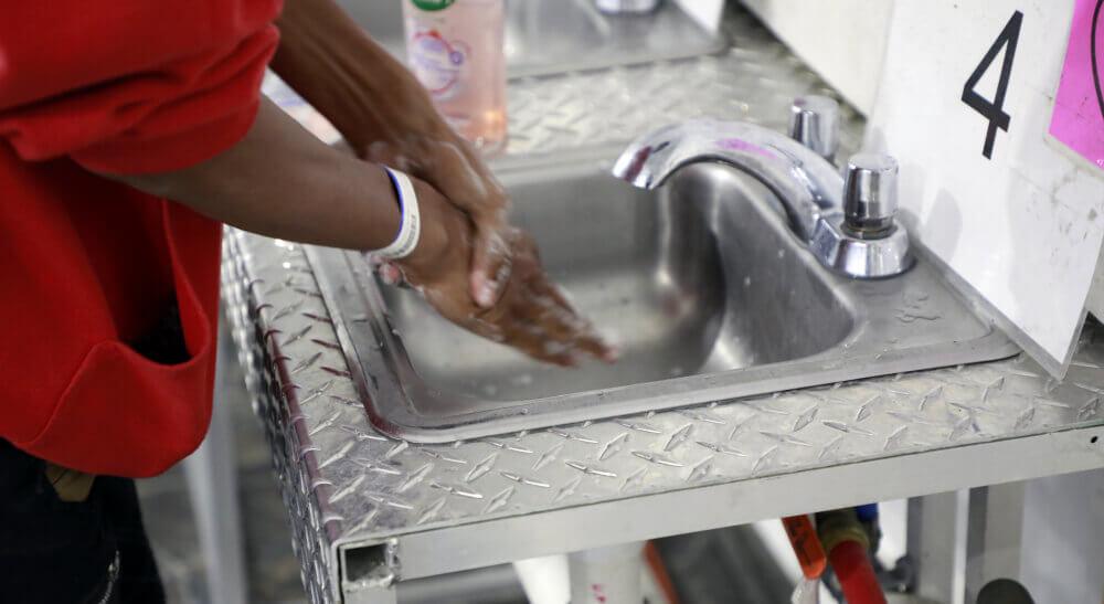 Imágenes oficiales de la CBP que muestran cómo viven los niños migrantes detenidos en la instalación de Donna, Texas.