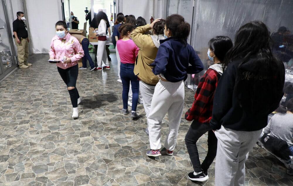 Niñas migrantes en la instalación de Donna, Texas. Fotos oficiales de la CBP. - Este artículo habla sobre una encuesta popular que se realizará para mejorar los servicios de inmigración.