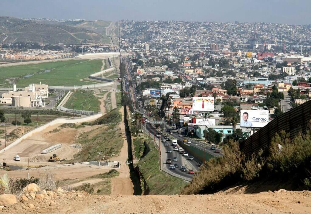 En la noticia se informa sobre el plan para acelerar los casos legales de las familias que llegan a la frontera México Estados Unidos. La imagen es una foto de esta frontera.