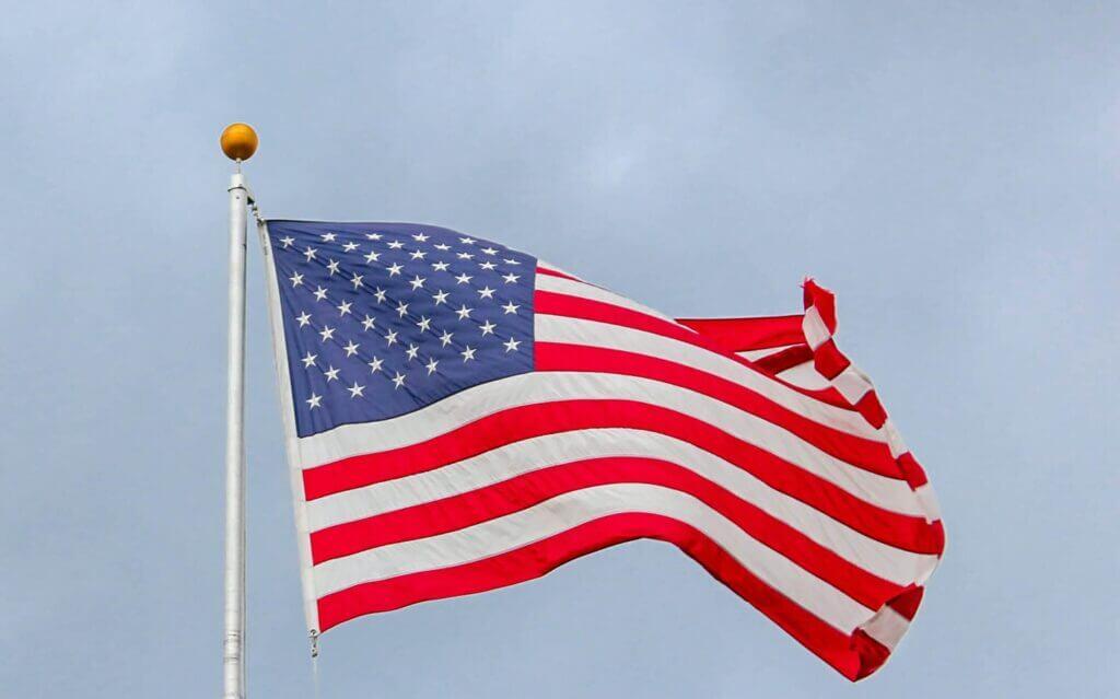 Bandera de Estados Unidos - Este artículo habla de un fallo de la corte suprema que podría ayudar a miles de inmigrantes indocumentados.