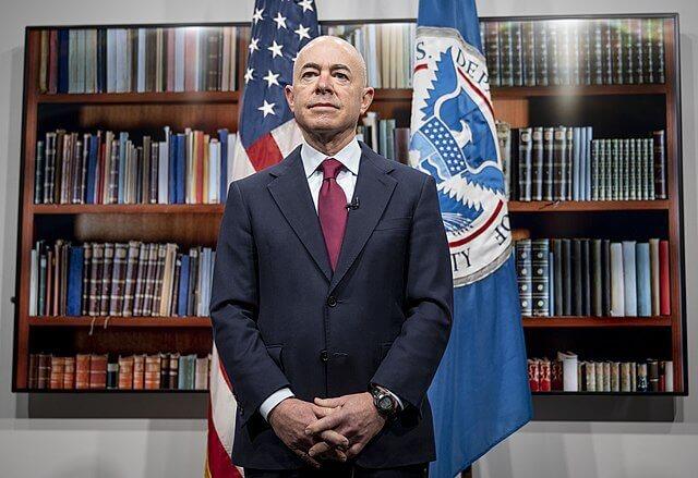 En esta nota nuestro equipo de abogados de inmigración en Maryland informan sobre la actualización de políticas de USCIS. La foto es del Secretario de Seguridad Nacional, Alejandro Mayorkas.