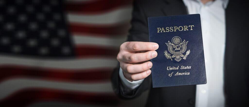 La nota trata sobre la reforma migratoria 2021 impulsada por la administración actual. La foto es ilustrativa